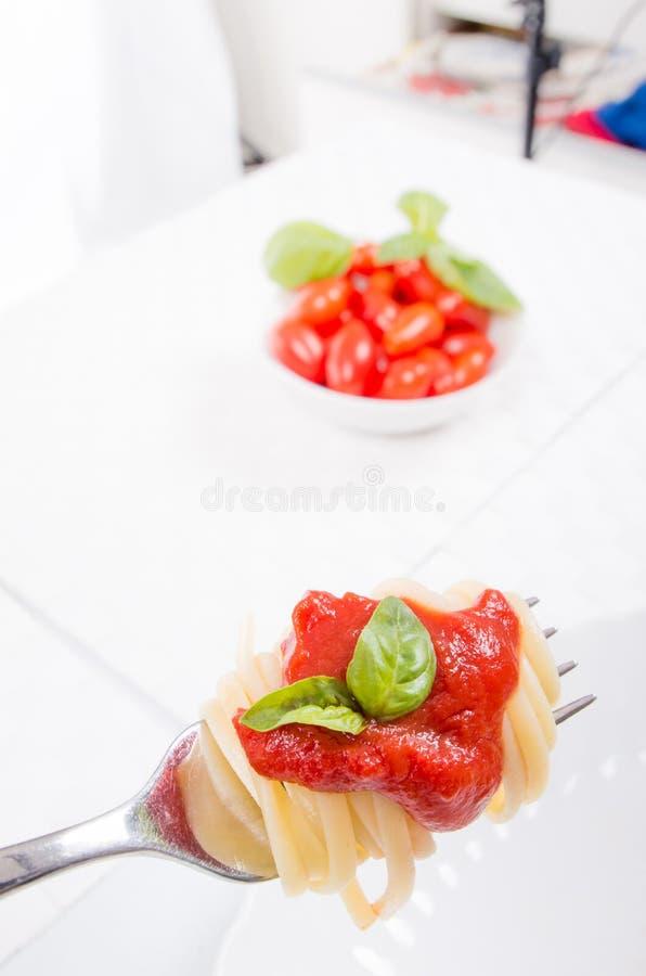 Forkful avec les spaghetti succulents et savoureux avec la sauce tomate photos libres de droits