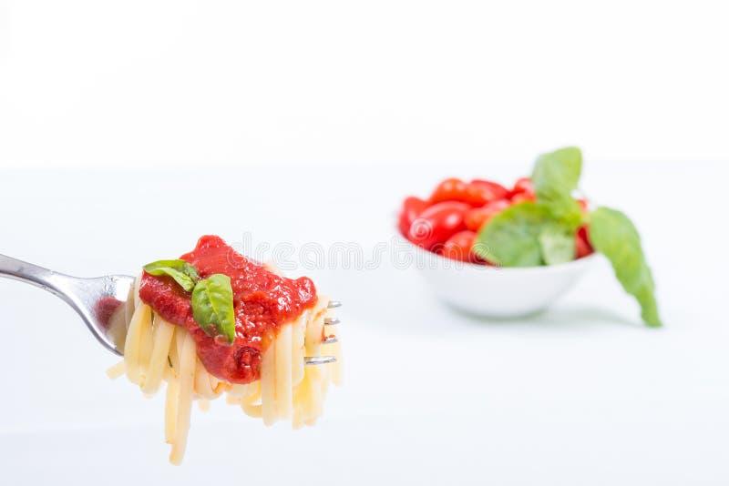 Forkful avec les spaghetti succulents et savoureux avec la sauce tomate photographie stock