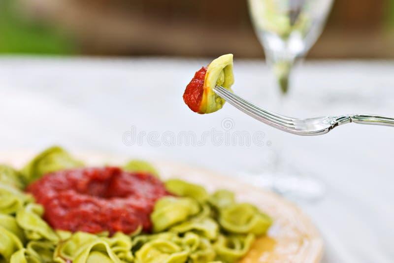 Forkful de tortellini d'épinards photographie stock libre de droits