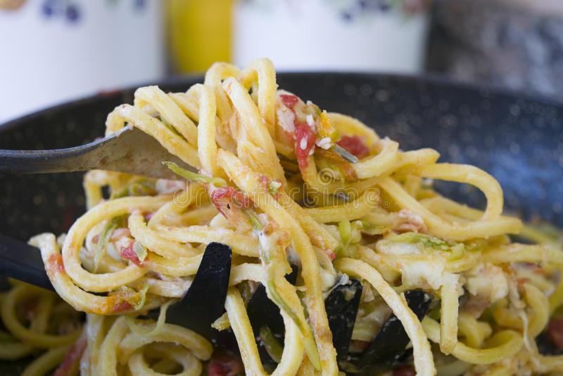 Forkful des spaghetti avec les tomates-cerises et le basilic photos stock