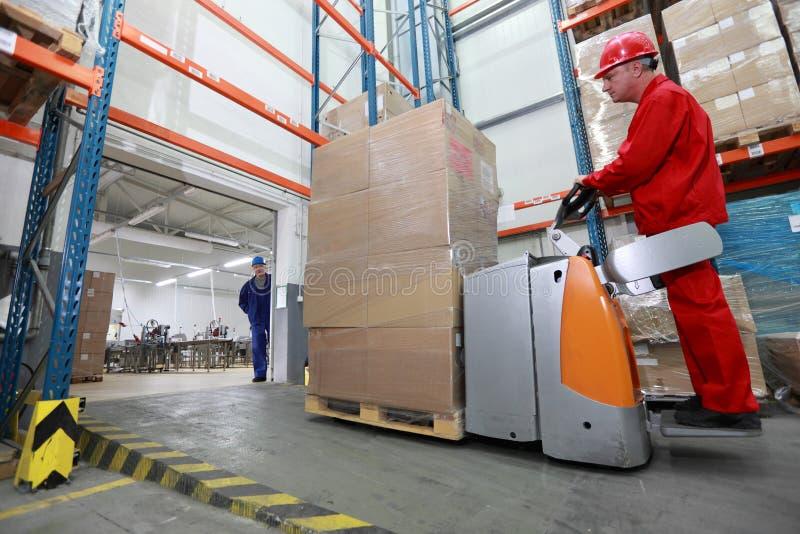 Forklift ładowacz z kartonowym frachtowym chodzeniem w storehouse zdjęcie stock