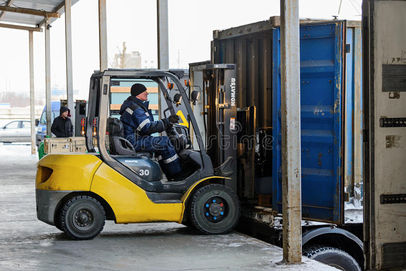 Forklift βάζει το φορτίο από την αποθήκη εμπορευμάτων στο φορτηγό υπαίθρια στοκ φωτογραφία με δικαίωμα ελεύθερης χρήσης