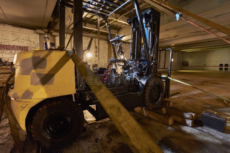 Forklift επισκευή επαγγελματική υπηρεσία Ανελκυστήρας αυτοκινήτων Μεταφορά αποθηκών εμπορευμάτων Forklift φορτωτής φορτηγών βιομη στοκ φωτογραφία με δικαίωμα ελεύθερης χρήσης