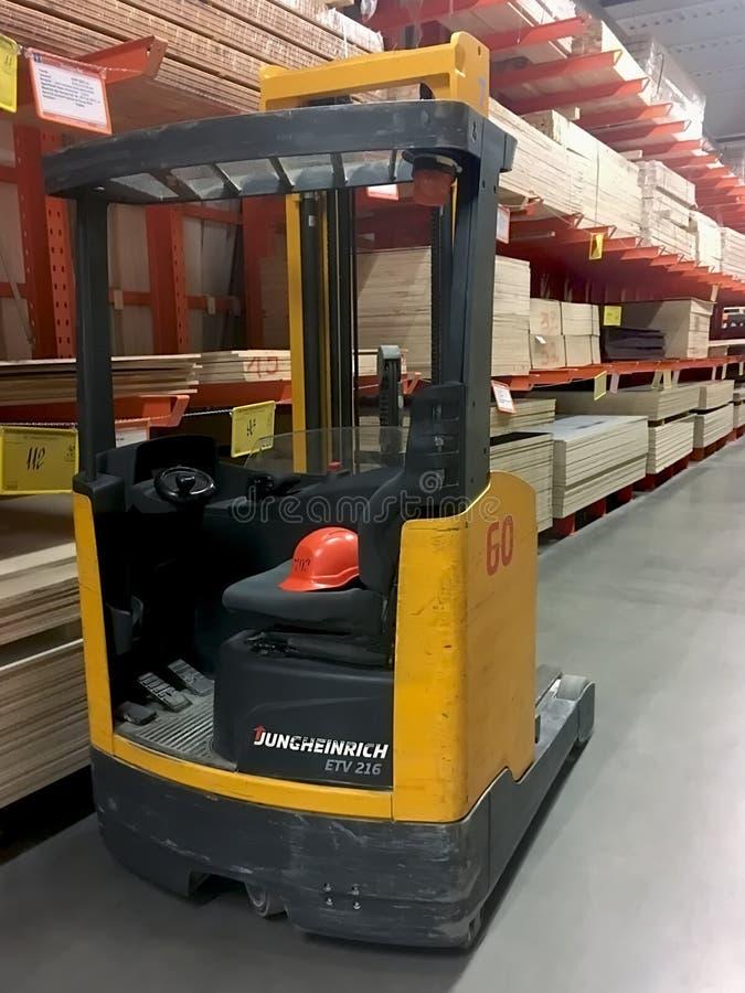 Forklift κινηματογράφηση σε πρώτο πλάνο φορτηγών στην αποθήκη εμπορευμάτων στοκ φωτογραφία
