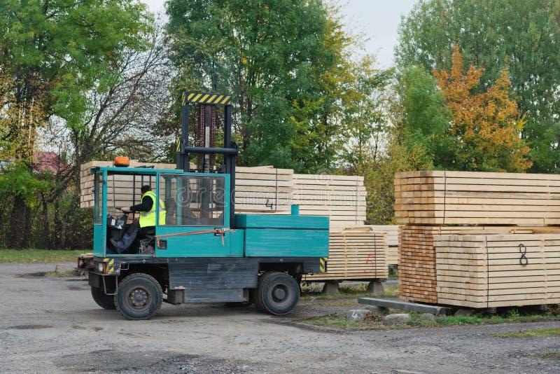 Forklift μετέφερε τους πίνακες στις εγκαταστάσεις για την ξυλουργική στοκ φωτογραφία