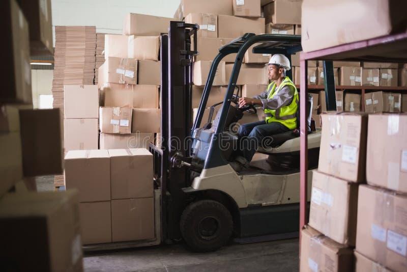 Forklift μηχανή στην αποθήκη εμπορευμάτων στοκ φωτογραφίες