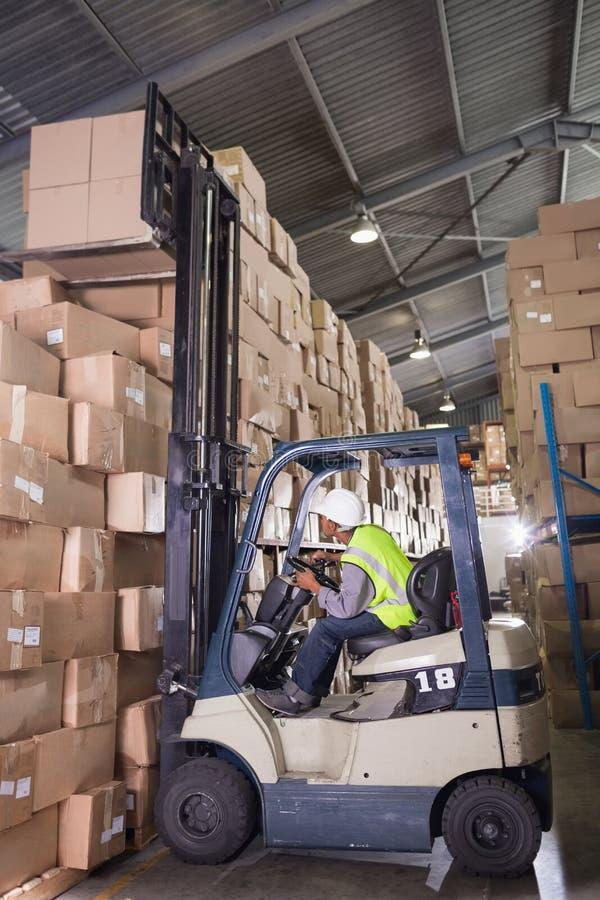 Forklift μηχανή στην αποθήκη εμπορευμάτων στοκ φωτογραφία με δικαίωμα ελεύθερης χρήσης