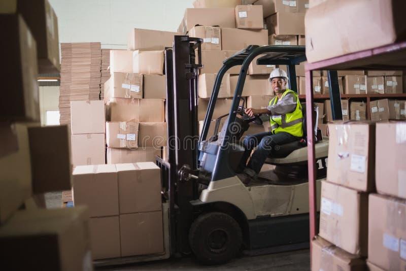 Forklift μηχανή στην αποθήκη εμπορευμάτων στοκ φωτογραφία