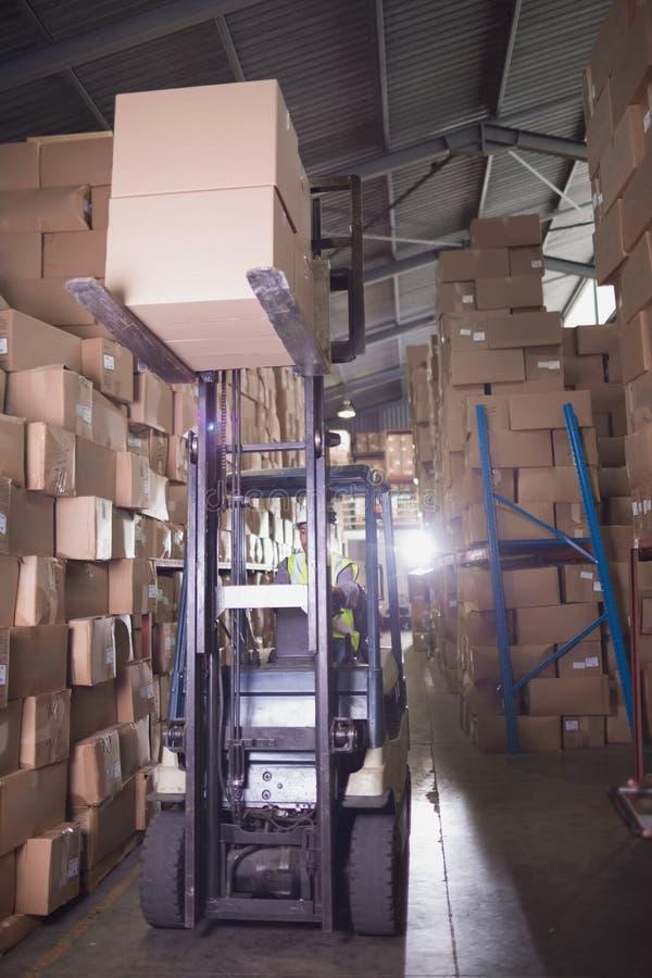 Forklift μηχανή στην αποθήκη εμπορευμάτων στοκ εικόνες με δικαίωμα ελεύθερης χρήσης
