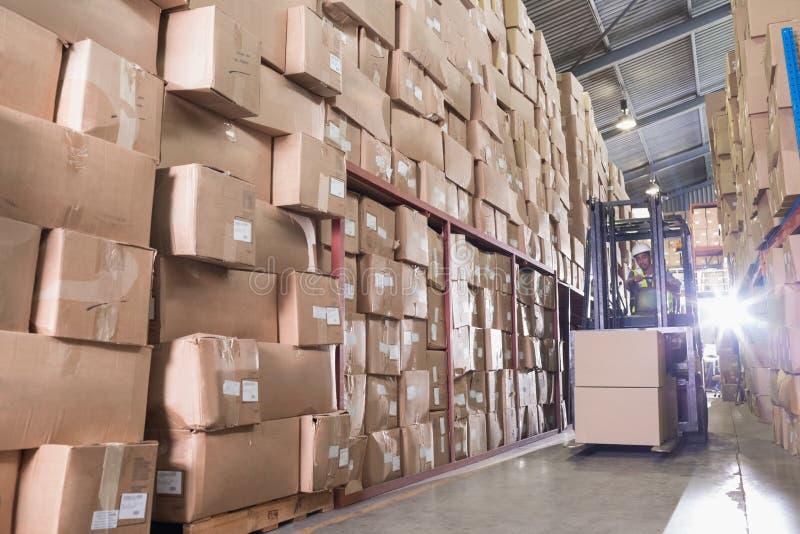 Forklift μηχανή στην αποθήκη εμπορευμάτων στοκ φωτογραφίες με δικαίωμα ελεύθερης χρήσης