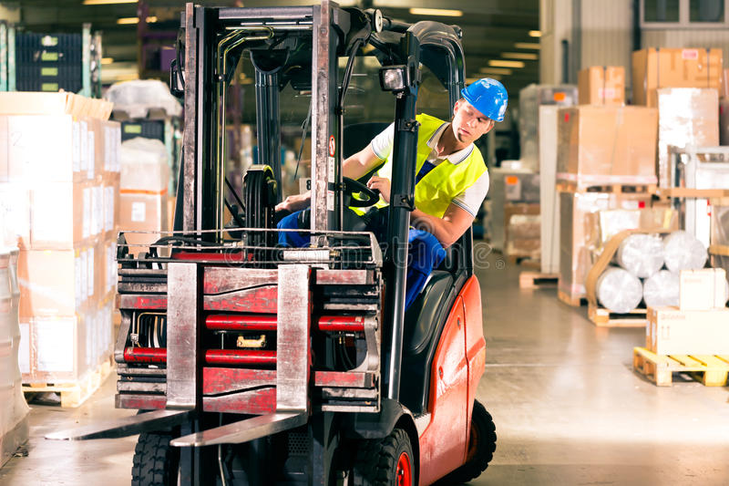 Forklift οδηγός στην αποθήκη εμπορευμάτων της διαβίβασης στοκ φωτογραφίες με δικαίωμα ελεύθερης χρήσης
