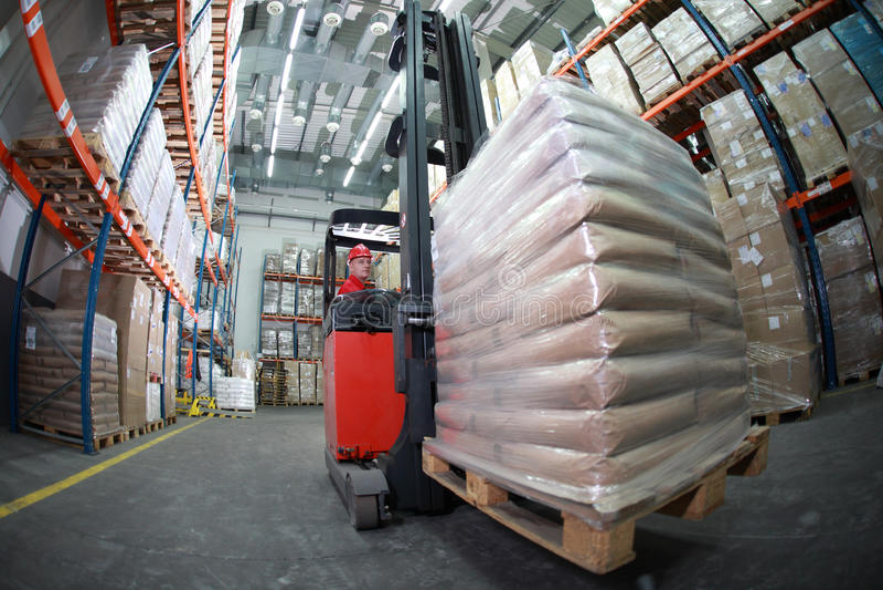 forklift οδηγών σάκοι που μεταφέρουν την αποθήκη εμπορευμάτων στοκ εικόνα