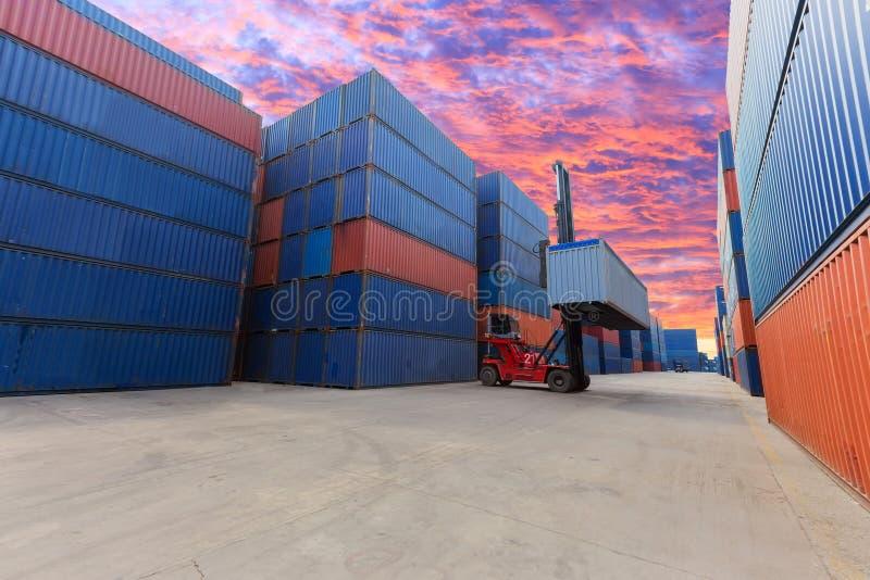 Forklift που χειρίζεται το κιβώτιο εμπορευματοκιβωτίων στο ναυπηγείο με το όμορφο s στοκ εικόνες