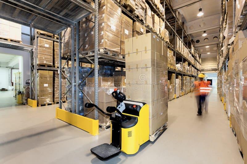 Forklift στην αποθήκη εμπορευμάτων στοκ φωτογραφίες
