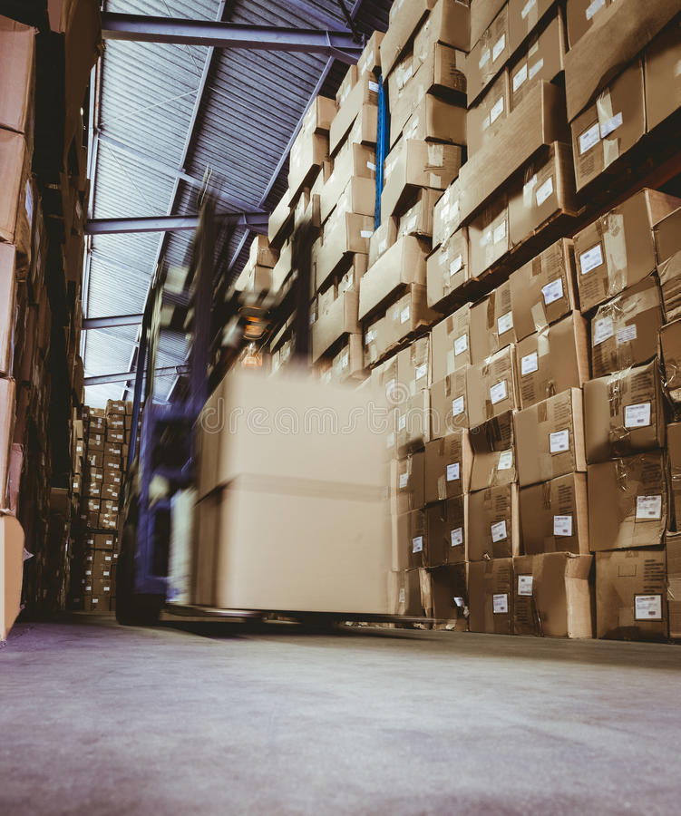 Forklift στη μεγάλη αποθήκη εμπορευμάτων στοκ φωτογραφίες