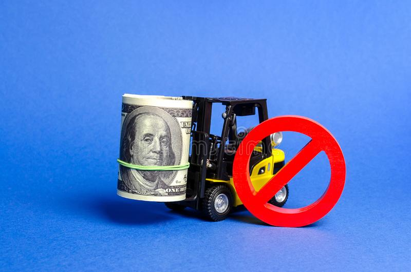 Forklift ciężarówka niesie dużego plika dolary i czerwony symbol ŻADNY Ograniczenia na eksporcie kapitał, Ekonomiczny nacisk obrazy stock