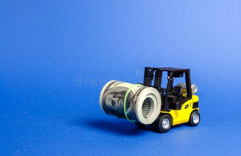 Forklift ciężarówka niesie plika dolary Przyciągający bezpośrednią inwestycję w biznesie i produkcji, ulepszać ekonomiczny zdjęcie stock