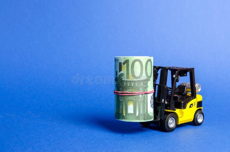 Forklift ciężarówka niesie plika euro Przyciągać bezpośrednią inwestycję w biznesie i produkcji, udoskonalający wynik gospodarczy obraz royalty free