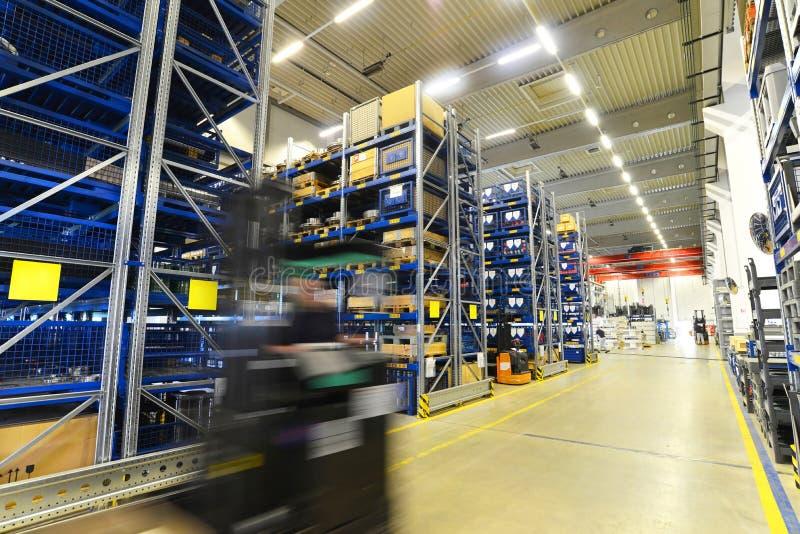 Forklift ciężarówki w magazynie w fabryce z technicznymi towarami fotografia stock