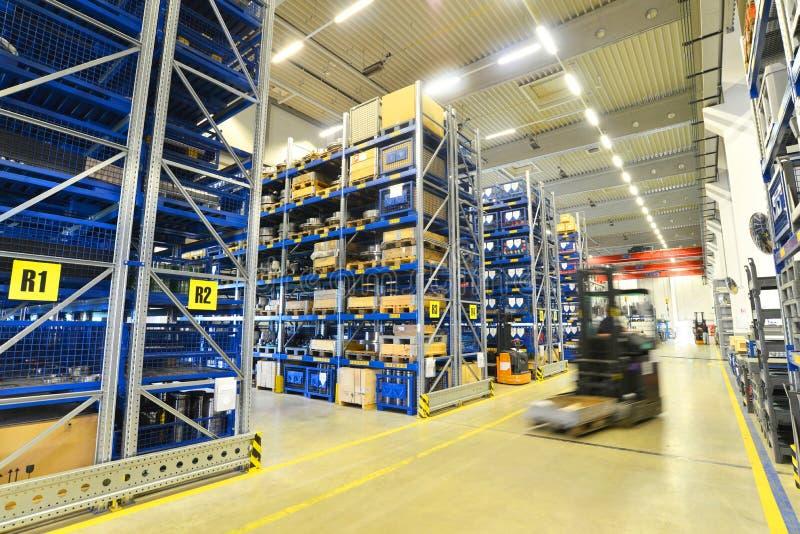 Forklift ciężarówki w magazynie w fabryce z technicznymi towarami zdjęcia stock