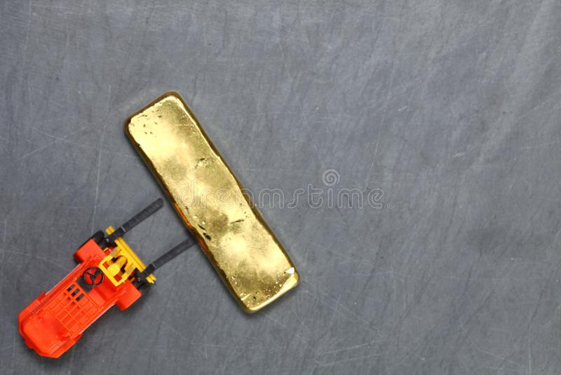 Forklift dźwignięcia złocistego baru scena fotografia stock