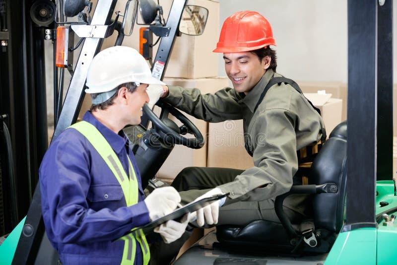 Forklift kierowca Komunikuje Z nadzorcą zdjęcia stock