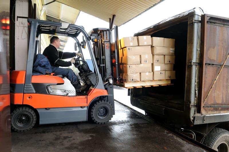Forklift no armazém fotografia de stock