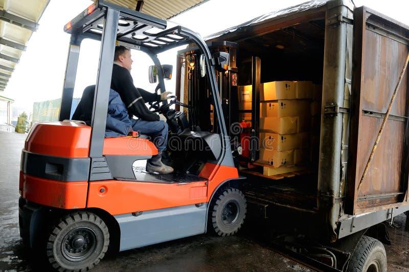 Forklift no armazém fotos de stock royalty free