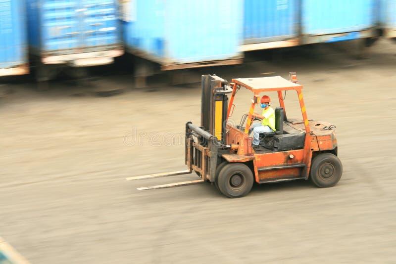 Forklift no movimento fotografia de stock