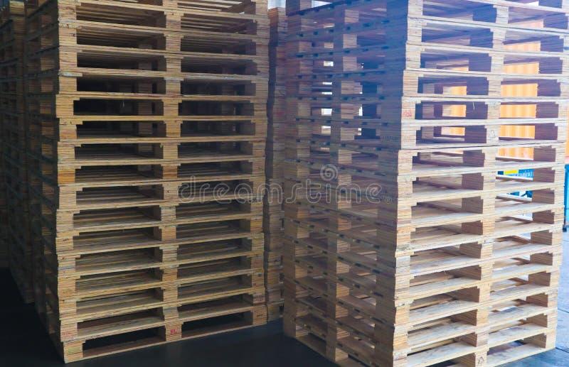 Forklift operator obchodzi się drewnianych barłogi w magazynowym ładunku dla transportu klient fabryka fotografia stock