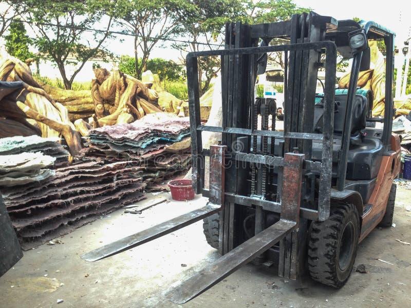 Forklift samochodu stojak w pracującym miejscu obraz royalty free