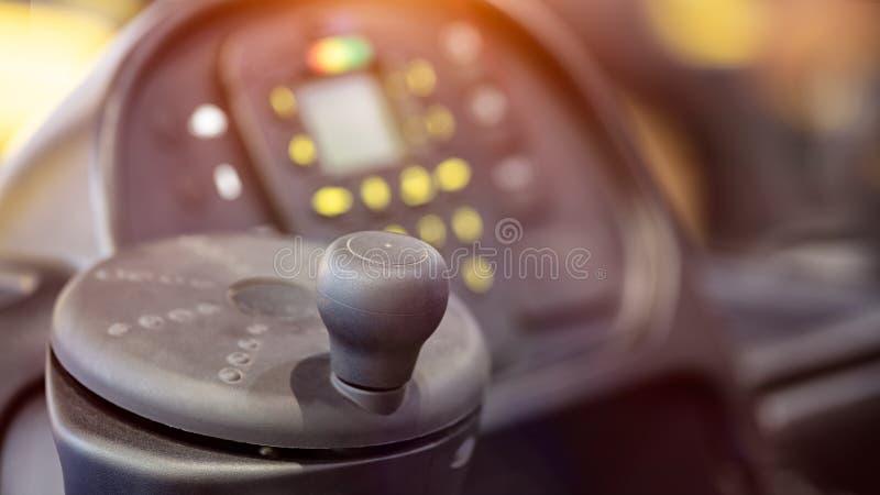 Forklift taksówka, koło i deska rozdzielcza w taksówce stary forklift ciężarówki zbliżenie, zdjęcia stock