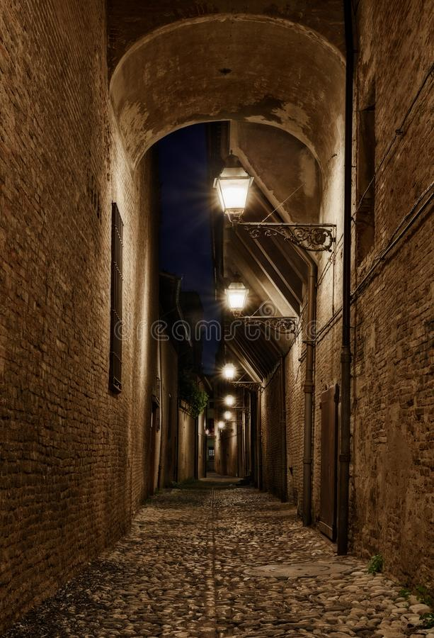 Forli, Emilia Romagna, Italia: callejón oscuro en la ciudad vieja fotos de archivo