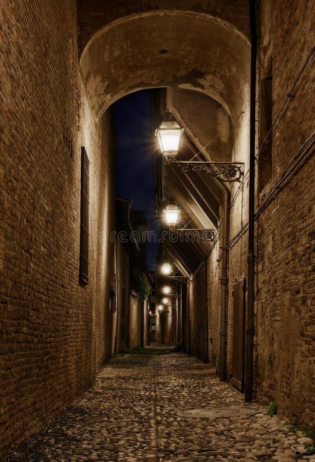 Forli Emilia Romagna, Italien: mörk gränd i den gamla staden arkivfoton
