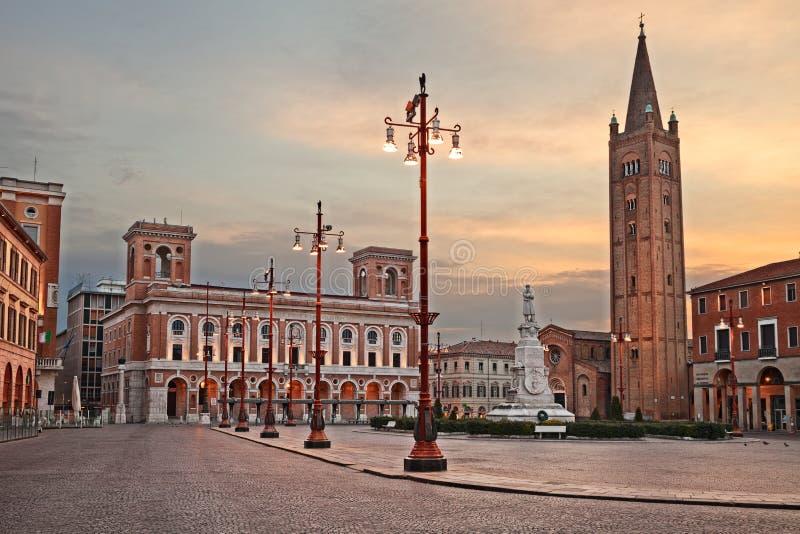 Forli, emilia, Włochy: główny plac Aurelio Saffi z antycznym opactwem San Mercuriale i urzędu pocztowego budynek obraz royalty free