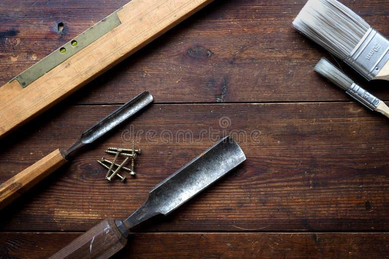 Formões de madeira e nível de espírito fotos de stock
