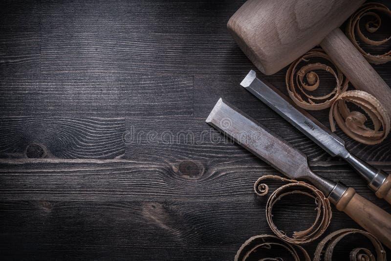 Formões mais firmes que aplanam o martelo de madeira da protuberância das microplaquetas imagem de stock