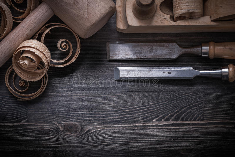Formões que barbeiam aparas de madeira do martelo plano da protuberância fotos de stock royalty free