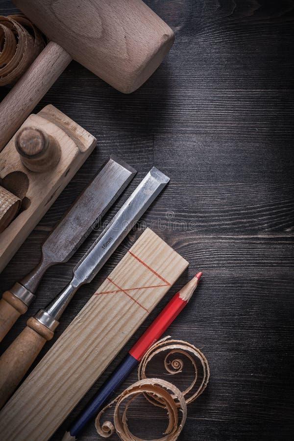 Formões que barbeiam os aparas de madeira do martelo plano da protuberância imagem de stock