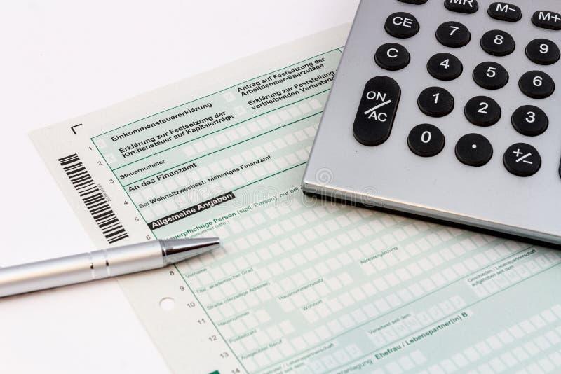 Form av inkomstskattretur med pennan och räknemaskinen arkivfoton