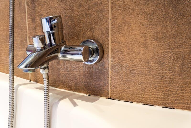 Form in der Badezimmerform unter dem Dichtungsmittel lizenzfreie stockfotos