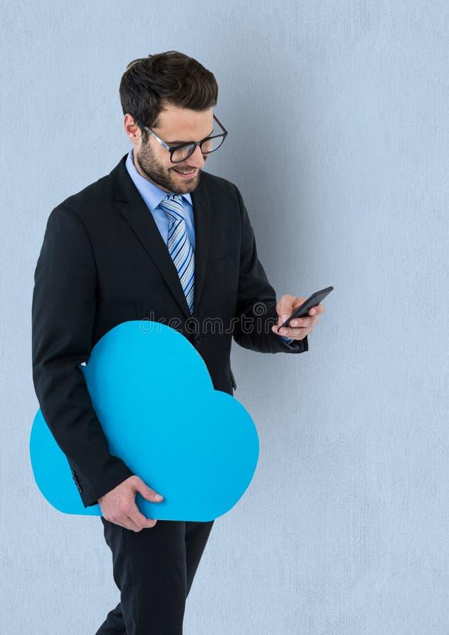 Form för affärsmaninnehavmoln, medan genom att använda den smarta telefonen royaltyfri foto