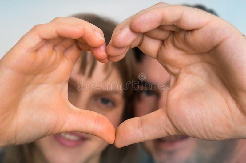 Form för pardanandehjärta med händer och se till och med den arkivbilder
