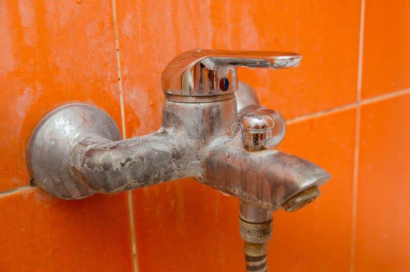 Form, Pilz und limescale auf dem Badezimmerhahn lizenzfreies stockfoto
