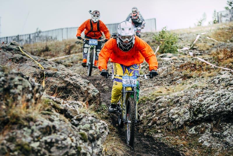Formação corrida três motociclistas da montanha dos cavaleiros foto de stock royalty free