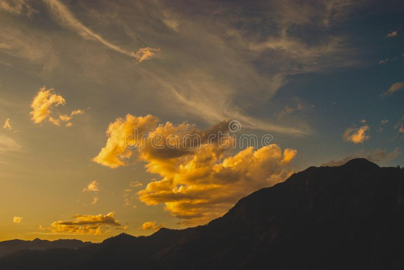 Formação da nuvem durante um por do sol fotografia de stock