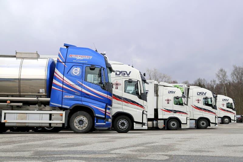 Formação de cinco caminhões de Volvo imagens de stock