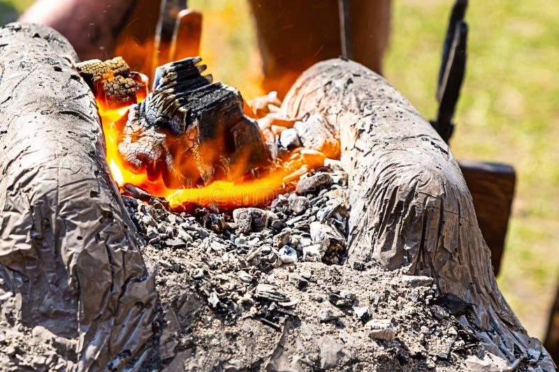 Formação de derretimento do aquecimento do metal da rua alaranjada ardente da chama de carvão de close-up dos produtos das espada fotografia de stock