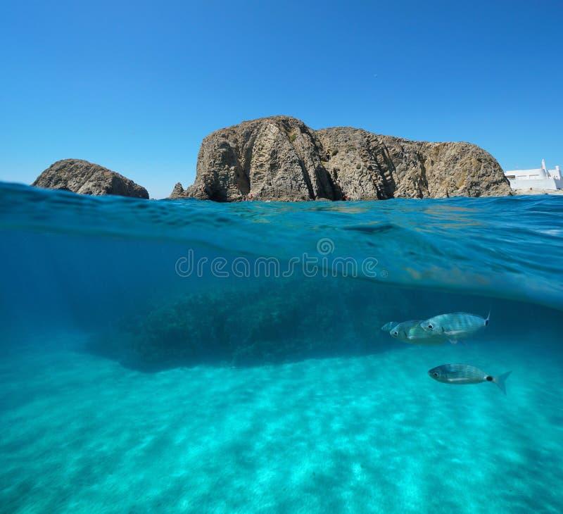 Formação de rocha com a Espanha subaquática dos peixes e da areia fotografia de stock royalty free