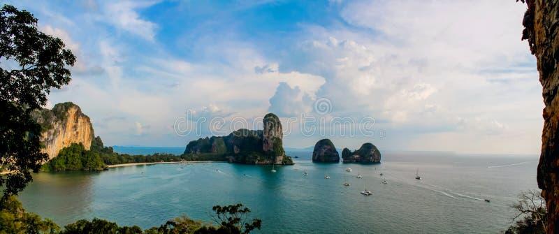A formação de rocha da pedra calcária de Railay e de Ton Sai Beach eleva-se em uma baía em Krabi, Tailândia imagem de stock royalty free